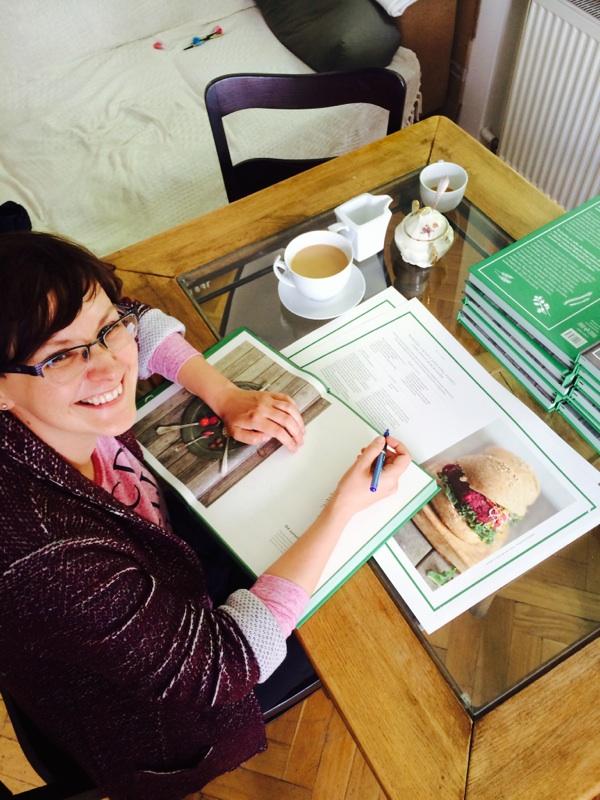 Magdalena Cielenga-Wiaterek przy podpisywaniu Zieleniny
